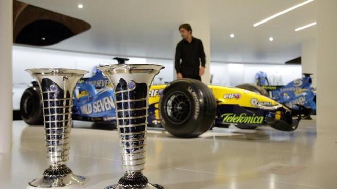 Fernando Alonso, supervisando los últimos retoques de su exposición