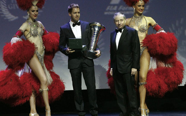 Jean Todt entrega a Sebastian Vettel su cuarto título consecutivo