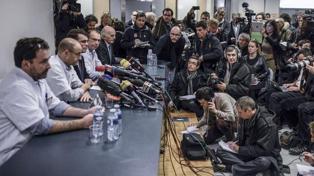 Imagen de la multitudinaria rueda de prensa en el Hospital de Grenoble