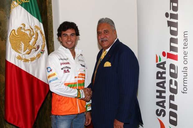 Sergio Pérez estrecha la mano de Vijay Mallya en su presentación como piloto de Force India