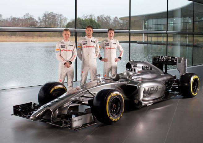 El nuevo McLaren MP4-29 junto a sus pilotos para 2014