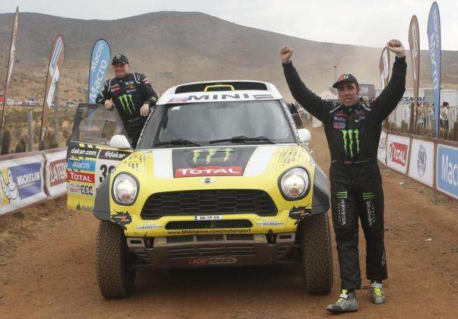 Nani Roma levanta los brazos tras lograr su primer Dakar en coches