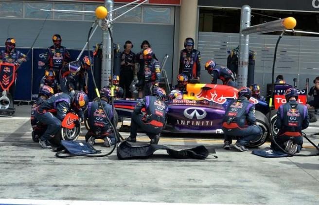 Daniel Ricciardo, practicando una parada en el box de Red Bull