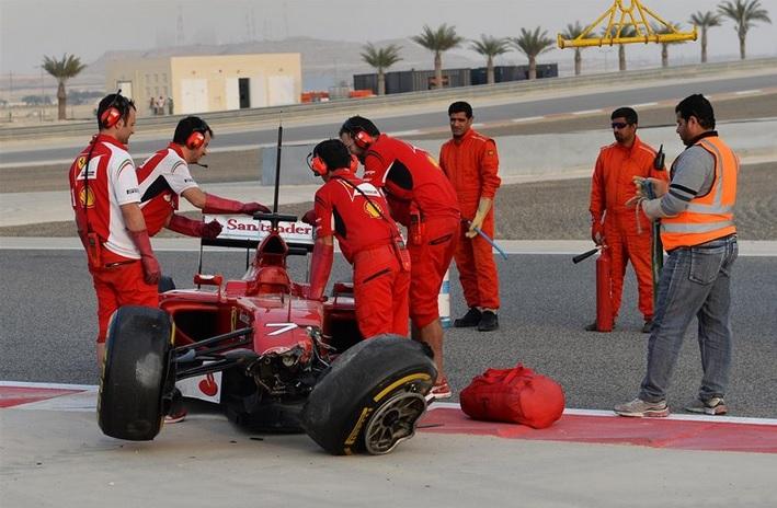 Los mecánicos de Ferrari recogen los restos del F14 T de Raikkönen