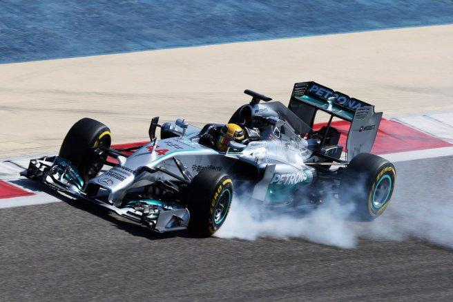 Espectacular bloqueo de Lewis Hamilton, el más rápido hoy en Sakhir