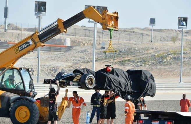 El Lotus E22 de Maldonado, remolcado tras sufrir una avería mecánica