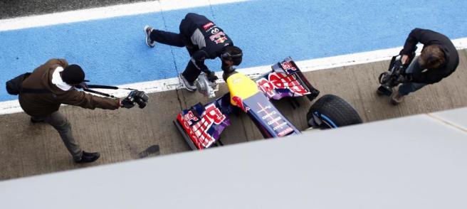 El Red Bull de vuelta al box tras una nueva avería