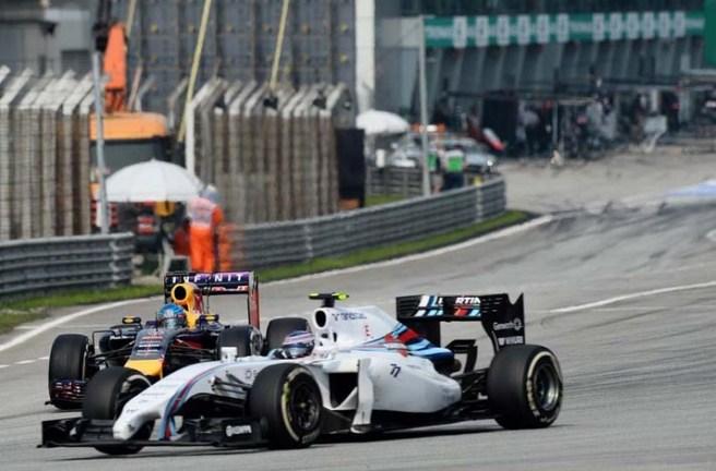 Valteri Bottas, adelantando a Vettel a la salida del pitlane