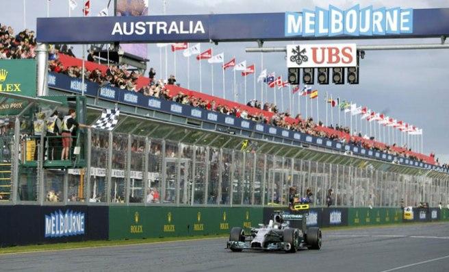 Nico Rosberg, recibiendo el primer banderazo a cuadros de la temporada