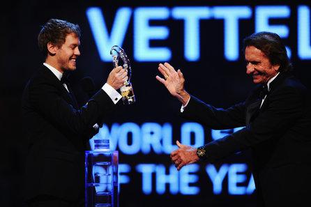 Sebastian Vettel, recibiendo su premio  de manos de Emerson Fittipaldi