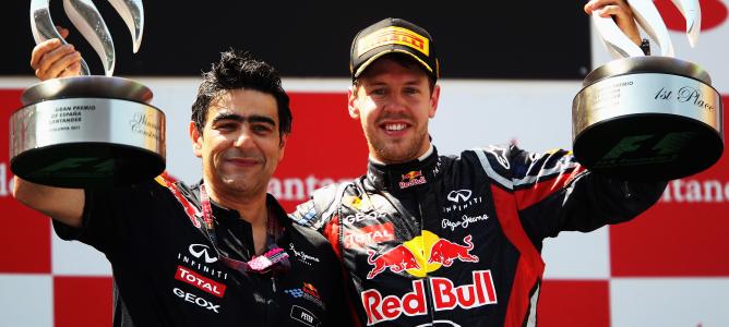 Dan Fallows, en el pódium con Sebastian Vettel