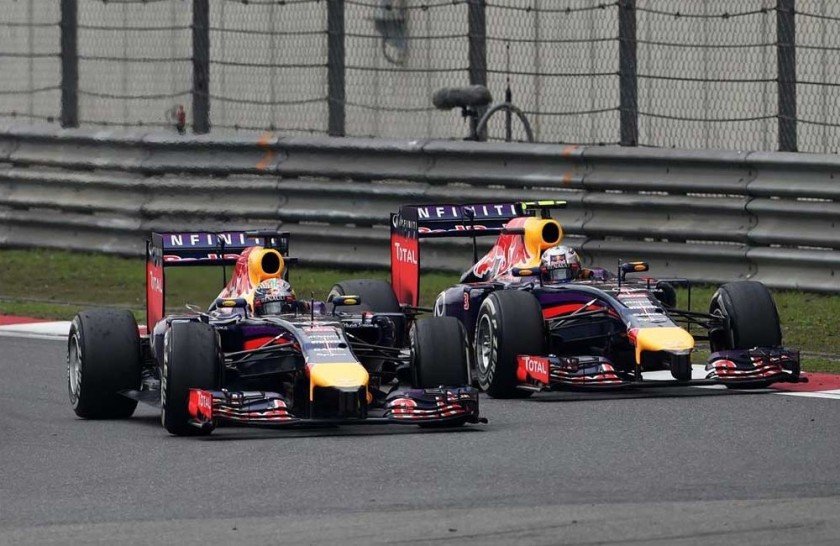 Daniel Ricciardo en el momento de atacar a Sebastian Vettel