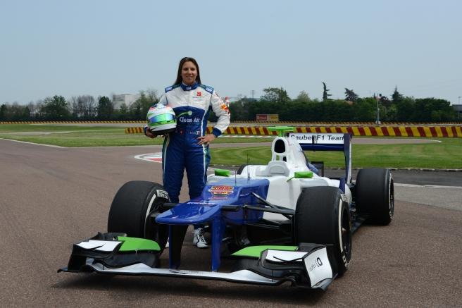 Simona de Silvestro, posando con el Sauber C31 con el que probó en Fiorano