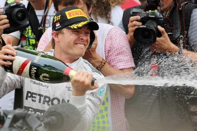 Nico Rosberg, regando con champán el pódium de Mónaco