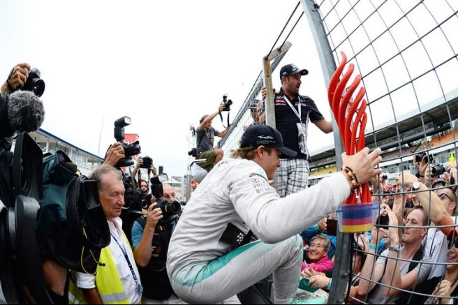 Nico Rosberg celebrando la victoria con su equipo