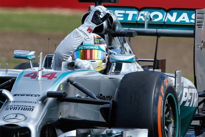 Lewis Hamilton, saludando a las gradas de Silverstone tras su victoria