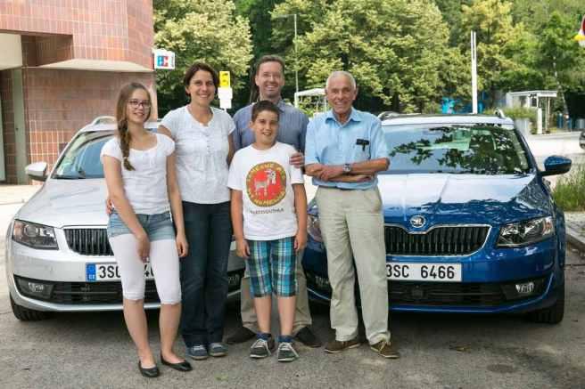 Gerhard Plattner junto a los Baumann antes de iniciar su divertido reto con Skoda