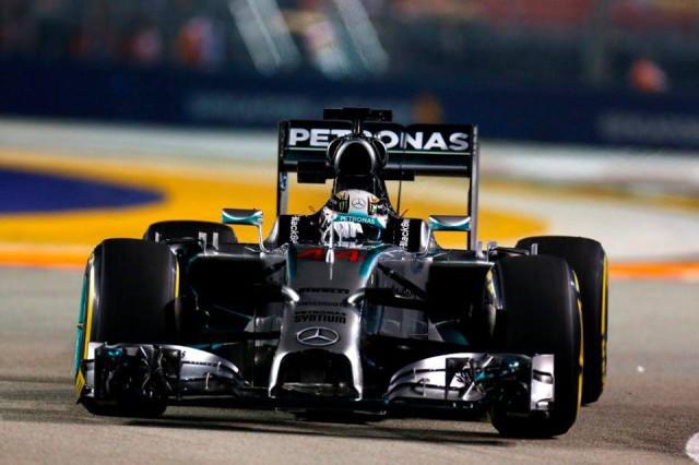 Lewis Hamilton no dio opción pese al error de estrategia de Mercedes