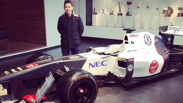 El chino Adderly Fong, posando con el Sauber C31