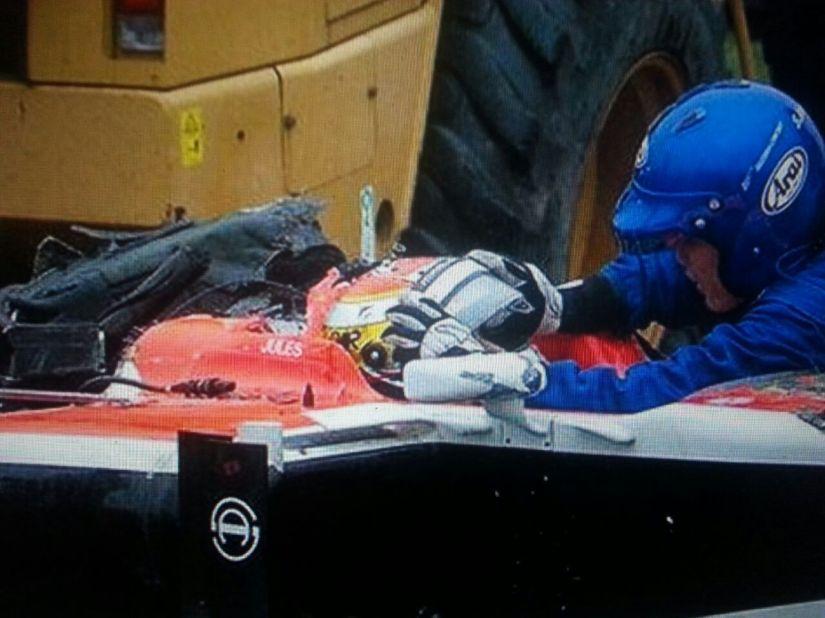 Jules Bianchi siendo atendido por los médicos en el lugar del accidente