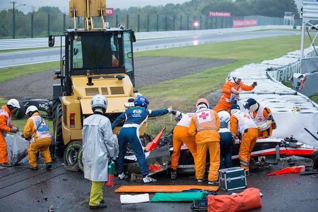 Los comisarios de Suzuka tratando de auxiliar a Jules Bianchi