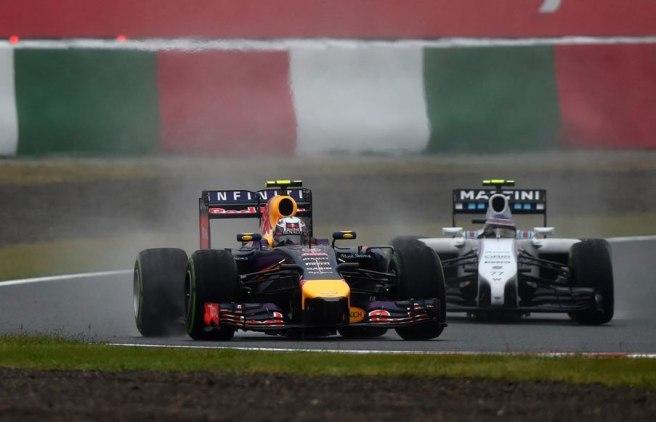 Daniel Ricciardo adelantando a Valtteri Bottas