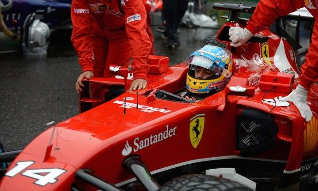 Fernando Alonso, remolcado a su box tras quedarse sin sistema eléctrico