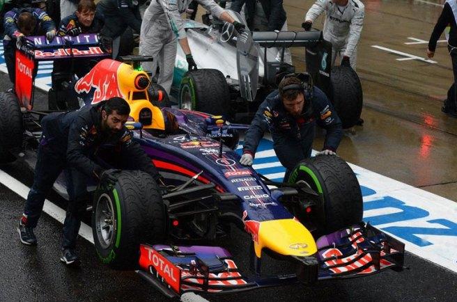 Sebastian Vettel, remolcado al box tras declararse la suspensión de la carrera