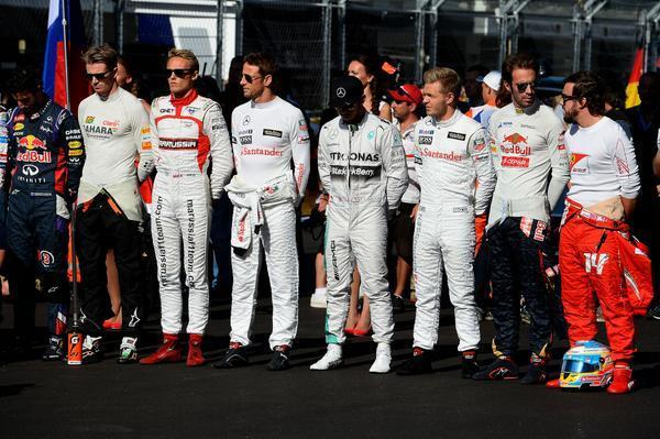 Los pilotos durante el sentido homenaje a Jules BianchiLos pilotos durante el sentido homenaje a Jules Bianchi