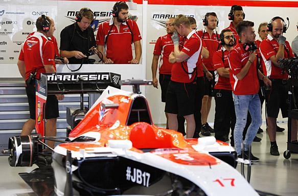 Los mecánicos de Bianchi, montando el monoplaza de Bianchi para el GP de Rusia