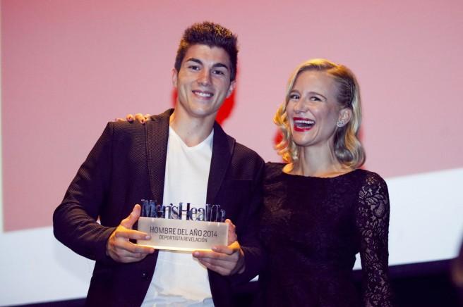 Viñales recogiendo su premio Men's Health  al Deportista Revelación junto a María León