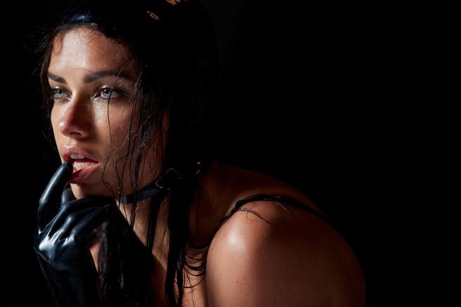 Adriana Lima, uno de los bellos rostros del Calendario Pirelli 2015