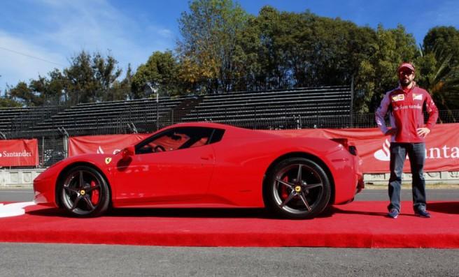 Fernando Alonso, a su llegada al circuito mexicano en un 458 Spider