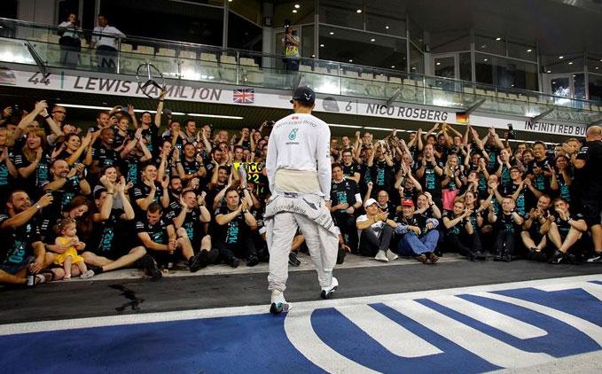 Lewis Hamilton, homenaejado por su equipo al acabar la carrera