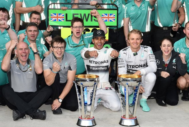 El equipo Mercedes, celebrando su décimo doblete del año