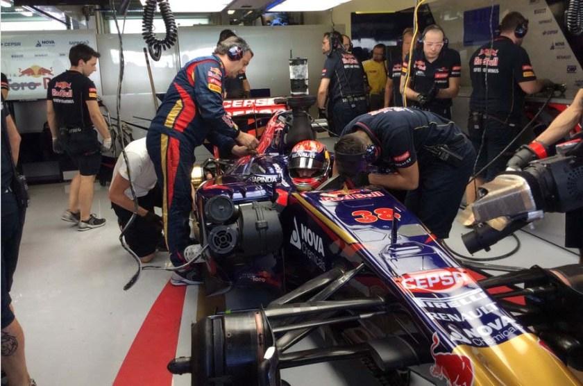 Max Verstappen sufrió problemas en su Toro Rosso pero logró volver a pista