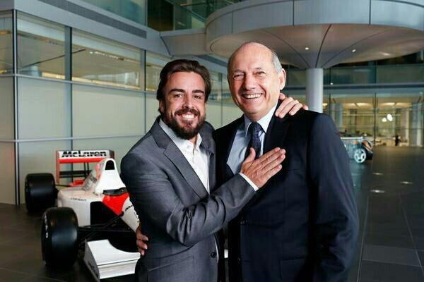 Fernando Alonso, posando feliz junto a Ron Dennis, máximo responsable de McLaren