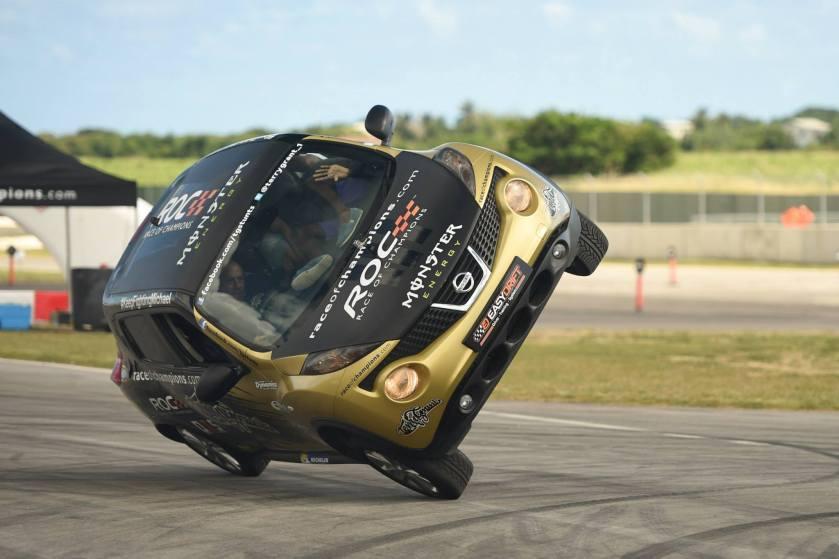 Terry Grant batió un récord al llevar a 15 personas dentro de un Nissan Juke a dos ruedas