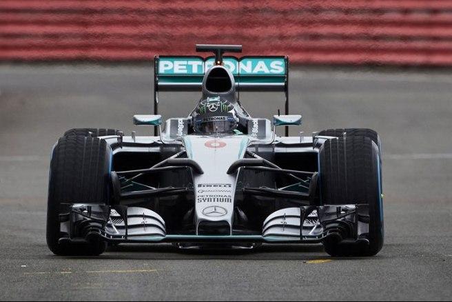 Nico Rosberg con el nuevo Mercedes W06 durante el shakedown en Silverstone