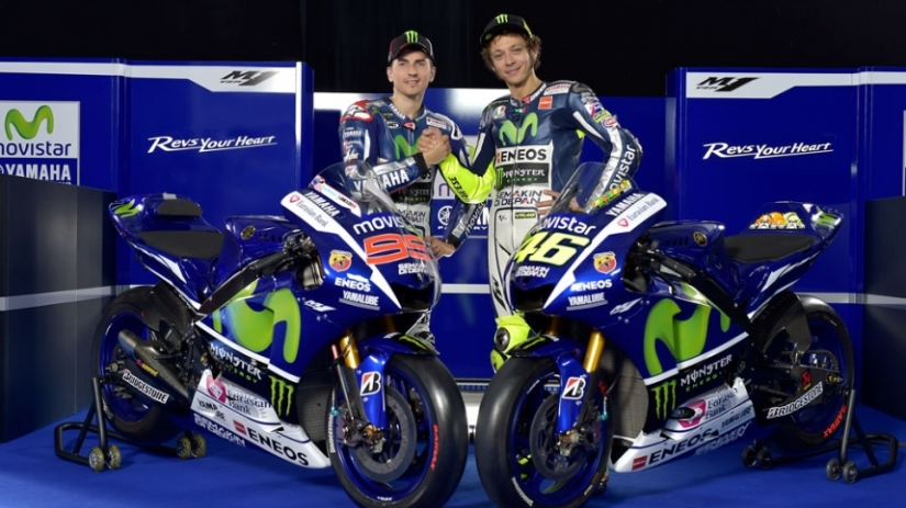Jorge Lorenzo y Valentino Rossi presentan la nueva Yamaha de MotoGP para 2015