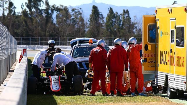 Alonso, en el momento de ser evacuado al Hospital General de Barcelona tras el accidente