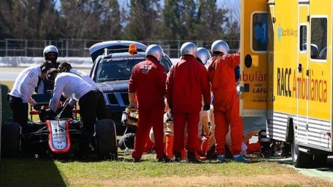 Los comisarios atendieron a Alonso a pie de pista tras el accidente