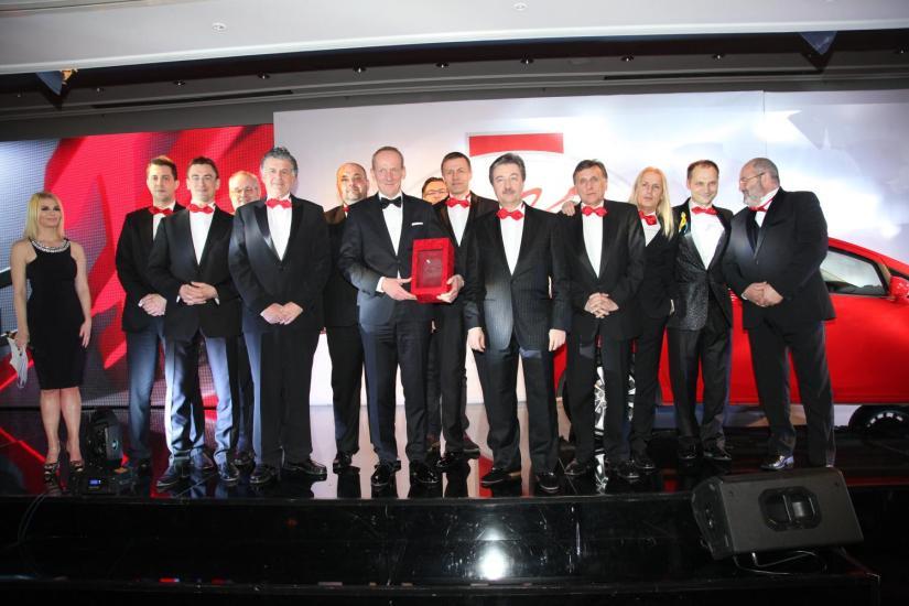 Entrega del premio Autobest 2015 al presidente de Opel por el nuevo CorsaMomento de la entrega del premio Autobest 2015 al presidente de Opel por el nuevo Corsa