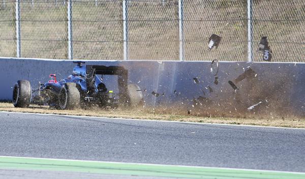 Momento en el que el McLaren de Alonso impacta contra el muro