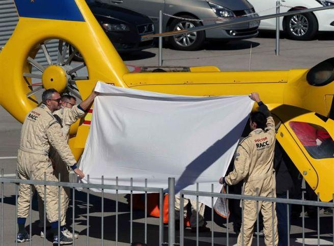 Momento en el que Fernando Alonso es introducido en el helicóptero medicalizado del circuito