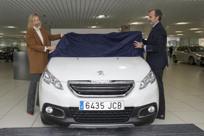 María León, en el momento de recibir de Laurent Benard su nuevo Peugeot 2008