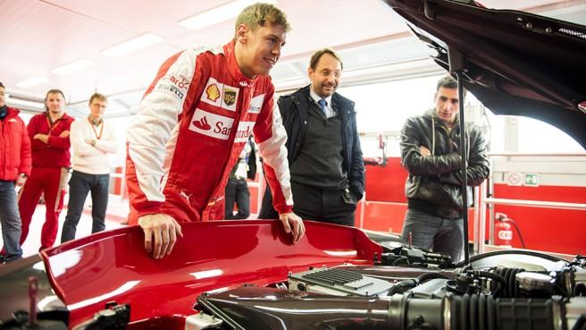 Sebastian Vettel admirando el imponente Ferrari FXX-K antes de la prueba