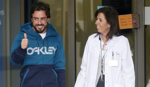 Fernando Alonso, abandonando sonriente el hospital el pasado jueves