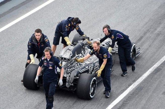 Los mecánicos de Red Bull remolcando el RB11 tras su problema con el ERS