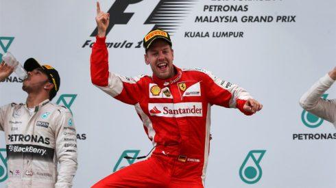 Vettel, celebrando eufórico su primera victoria de rojo Ferrari